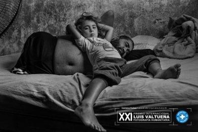 Fotografía-Humanitaria-Constanza-Portnoy-Fuerza-de-vida-8-Ángeles-adora-a-su-papá.
