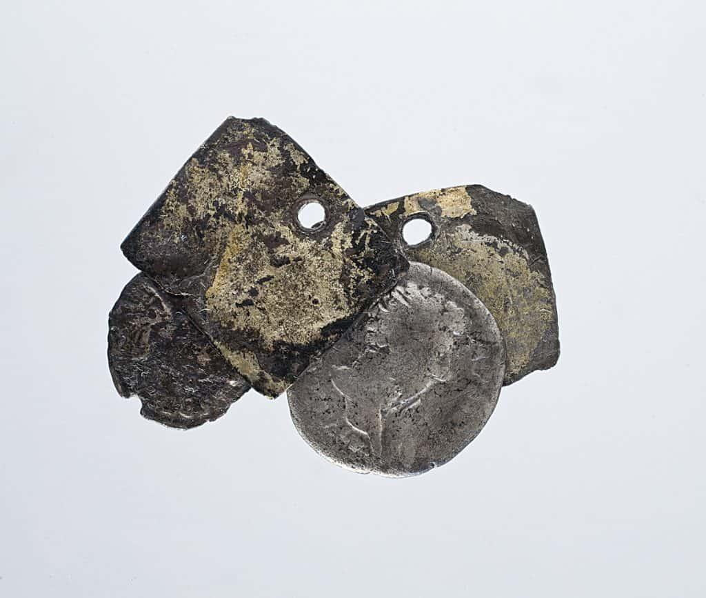 Amuleto con monedas