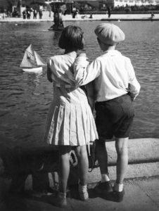 Niños frente al estanque de los jardines luxemburgo