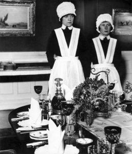 PHotoESPAÑA 2021-Parlourmaid and under parlourmaid ready to serve dinner 1939